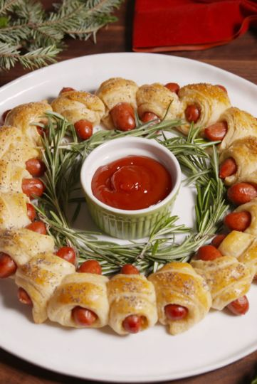 gallery-1481929876-delish-pigs-in-a-blanket-wreath-pin-2.jpg